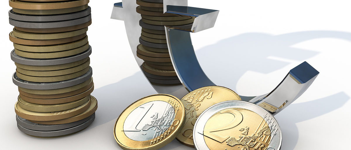 Euro Sign with differnt Euro Coins Schlagwort(e): Euro, money, finacial, crisis, coins, white, silver gold, business, accounting