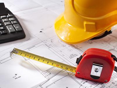 Symbolbild Bauzeichnung auf Schreibtisch